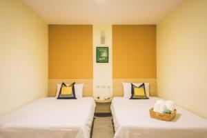 A bed or beds in a room at New Suanmali hotel