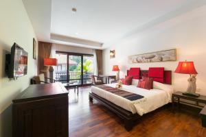 A seating area at Khaolak Oriental Resort