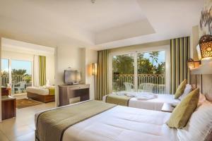 Een bed of bedden in een kamer bij Royal Star Beach Resort