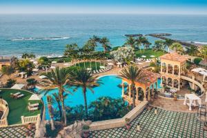 Vue sur la piscine de l'établissement Iberostar Grand El Mirador - Adults Only ou sur une piscine à proximité