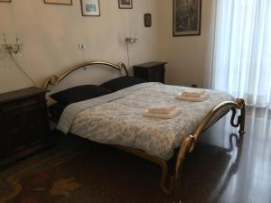 A bed or beds in a room at La Casa di Sara