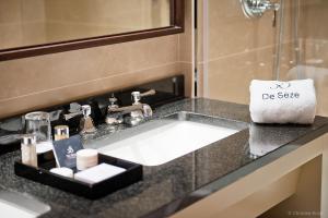 A bathroom at Hôtel de Sèze & Spa Bordeaux Centre
