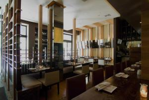 A restaurant or other place to eat at The Square Hotel