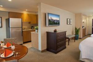 A kitchen or kitchenette at Silver Cloud Hotel - Bellevue
