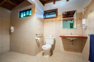 A bathroom at Bungalows Calalú