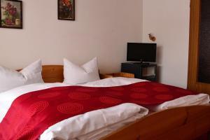 Ein Bett oder Betten in einem Zimmer der Unterkunft Alpenhotel Beslhof