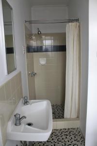 A bathroom at Hotel Beach House Nambour