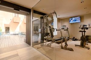 The fitness center and/or fitness facilities at Best Western Plus Hôtel La Joliette