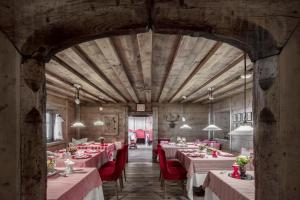 A restaurant or other place to eat at Hotel La Perla: The Leading Hotels of the World