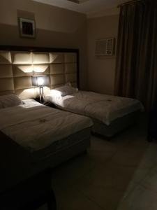 سرير أو أسرّة في غرفة في رؤى القنفذة