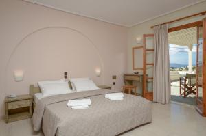 A bed or beds in a room at Hotel Proteas