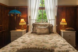 A bed or beds in a room at Celestial Dew of Tyalgum Guest House