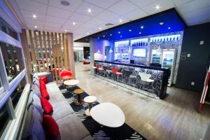 The lounge or bar area at ibis Arapiraca