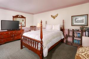 A bed or beds in a room at Cardiff By The Sea Lodge