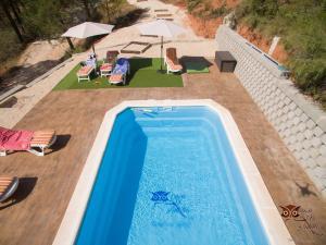 Vista de la piscina de Casa el Autillo l o alrededores