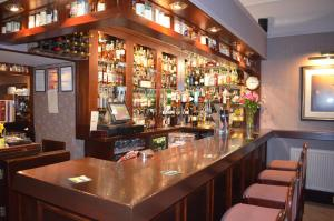 The lounge or bar area at Sunninghill Hotel