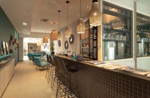 The lounge or bar area at Best Western Plus Hôtel La Joliette