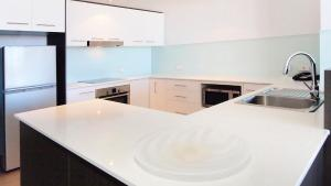 A kitchen or kitchenette at Oaks Townsville Gateway Suites