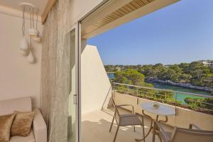 Ein Balkon oder eine Terrasse in der Unterkunft Blau PortoPetro Beach Resort & Spa