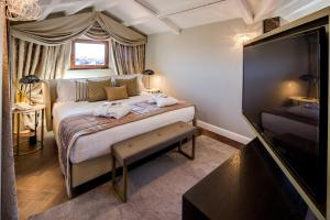 A bed or beds in a room at BW Premier Collection CHC Continental