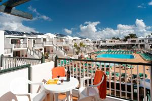 Uitzicht op het zwembad bij Bitacora Lanzarote Club of in de buurt
