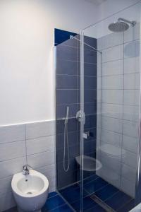 A bathroom at Hotel De Rosa