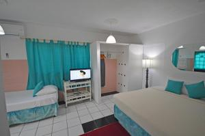 A bed or beds in a room at Sunset Resort & Villas