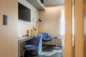 Una televisión o centro de entretenimiento en Hotel Metropolis
