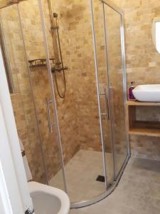 A bathroom at Connemara National Park lodge Letterfrack Lodge