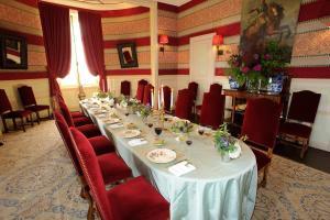 A restaurant or other place to eat at Château De La Bourdaisière