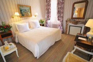 A bed or beds in a room at Château De La Bourdaisière