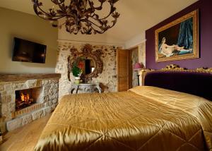 Een bed of bedden in een kamer bij Chateau Eza
