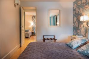A bed or beds in a room at Auberge Du Lac