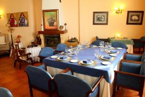 A restaurant or other place to eat at Hotel El Curro