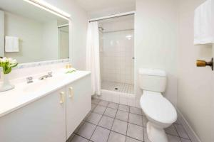 A bathroom at Hides Hotel