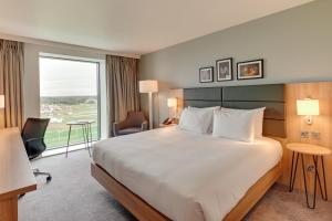 A bed or beds in a room at Hilton Garden Inn Doncaster Racecourse