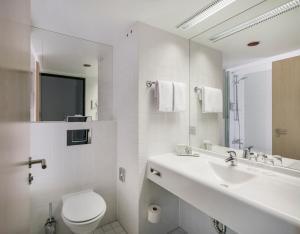 A bathroom at ARCOTEL Rubin Hamburg