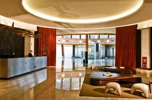 The lobby or reception area at Esplendor by Wyndham Mendoza