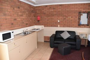 A kitchen or kitchenette at Shannon Motor Inn