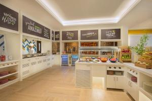 Кухня или мини-кухня в Hampton By Hilton Dubai Airport