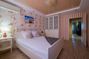 Кровать или кровати в номере Хоум Отель на Карла Маркса, 60-1