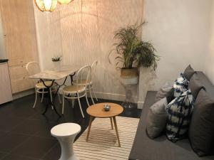 A seating area at Sainte Apartments