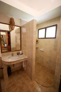 A bathroom at Baan Duangkaew Resort SHA Plus