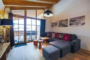 A seating area at Bolodges Apartments by Alpin Rentals