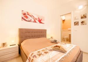 Ein Bett oder Betten in einem Zimmer der Unterkunft Appartamento con Spiaggia Privata Wi-fi Parking