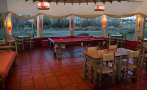 Una mesa de billar en Hostel Inn Calafate