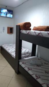 Uma ou mais camas em beliche em um quarto em Hotel Tenda Capital