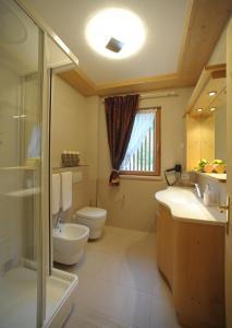A bathroom at Romantic Chalet Dolomiti