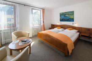 Een bed of bedden in een kamer bij Hotel Weinhaus Weis