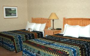 A bed or beds in a room at Heathman Lodge